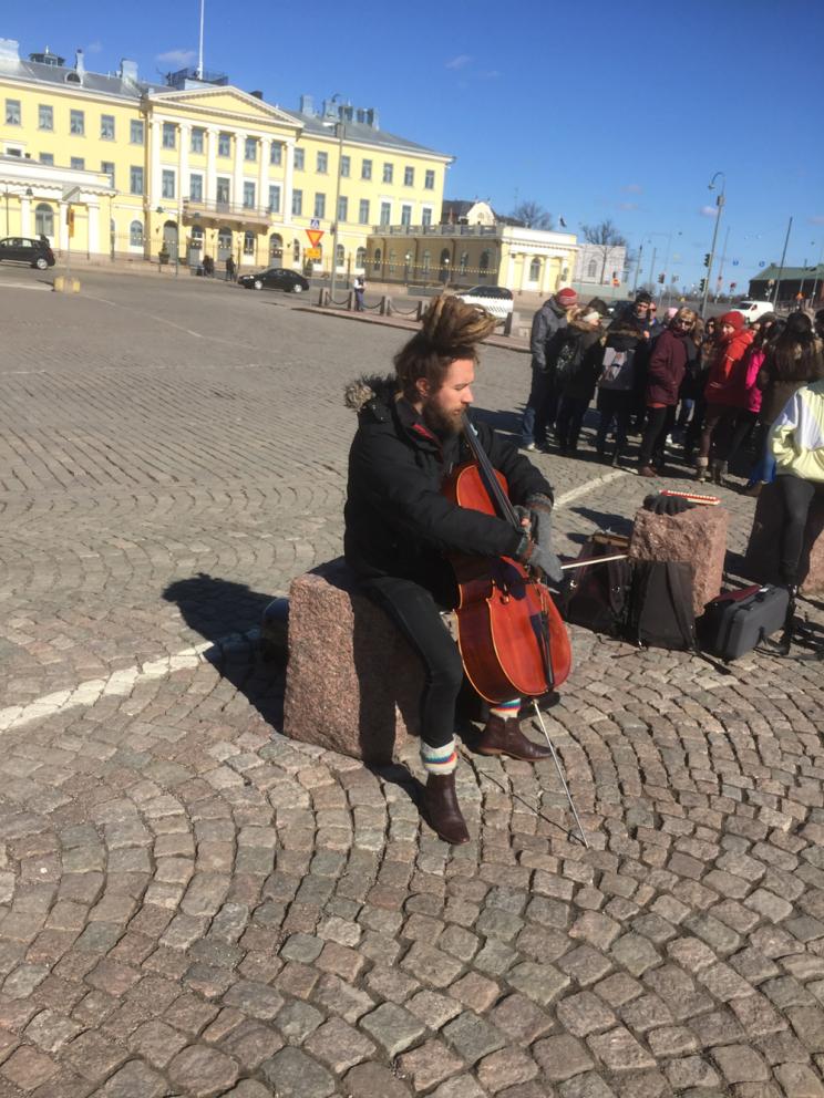 Juho soittaa lokkien kanssa Suomenlinnan lauttalaiturin kupeessa.